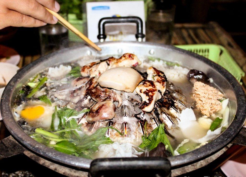 Еда готовится прямо на улице в Ninja BBQ Buffet