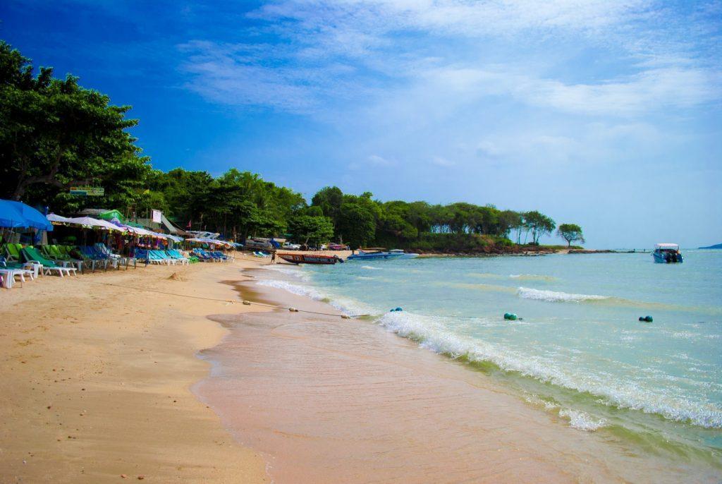 Красивый пляж Кози Бич в Паттайи