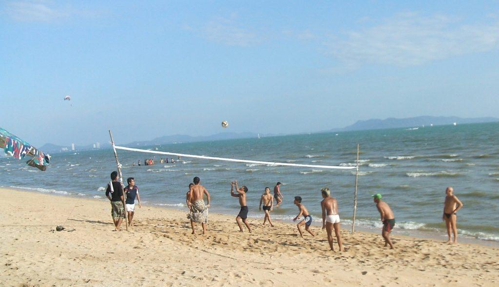 На пляже Догтан в Паттайи есть развлечение на любой вкус