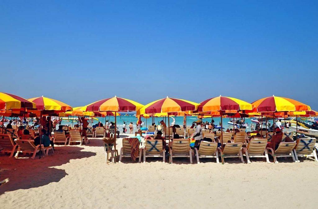 Удобная зона отдыха на пляже Джомтьен в Паттайи
