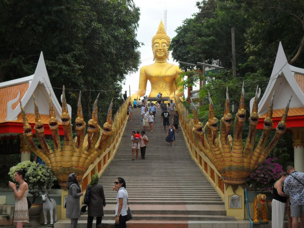 Лестница, ведущая к большому Будду в Паттайи