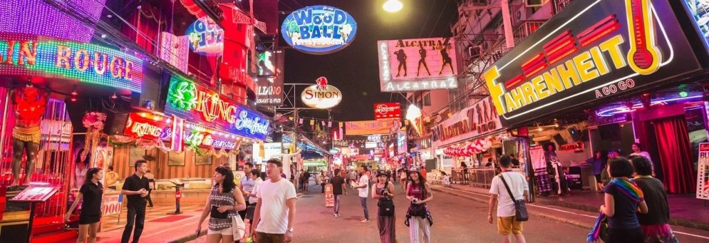 Прогулочная улица всегда оживает ночью