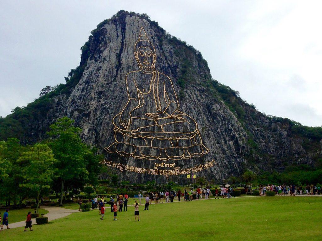 Необычное изображение Будды на горе в Паттайи
