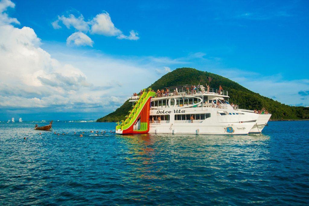 Красивое судно для прекрасного однодневного отдыха