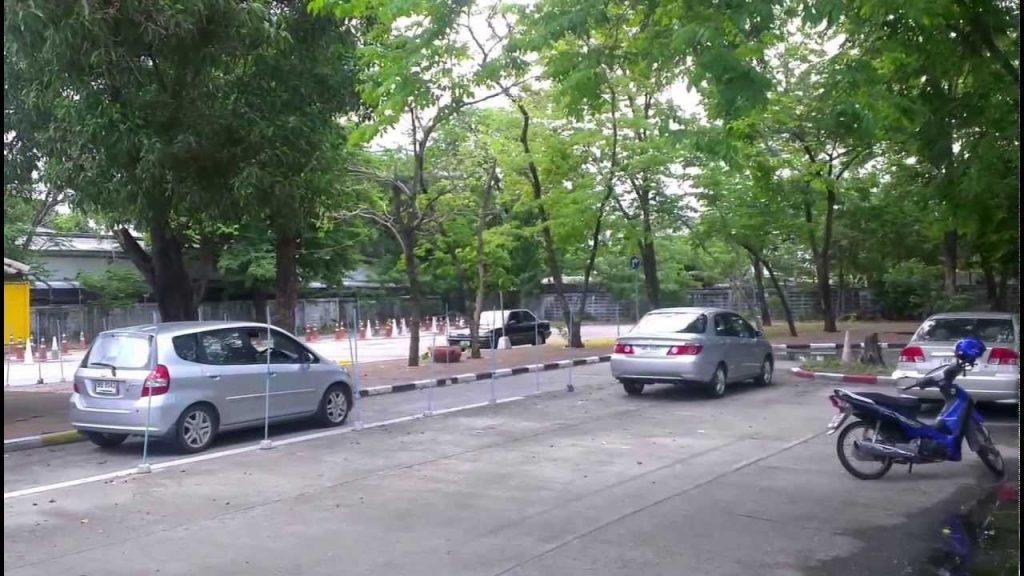 Практика сдается на прямом участке дороги без движения других авто