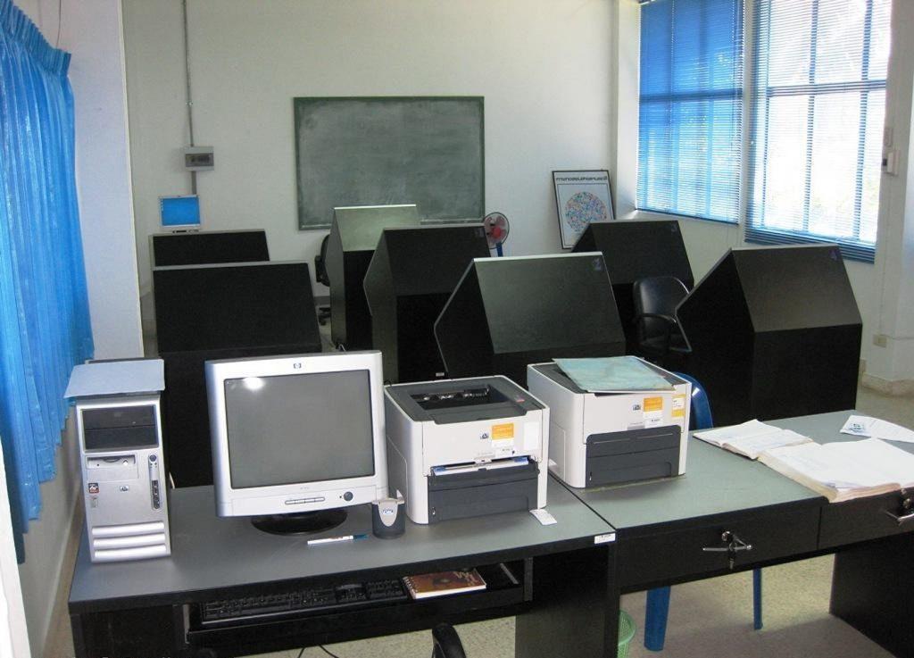 Комната для прохождения тестов в автошколе для получения прав