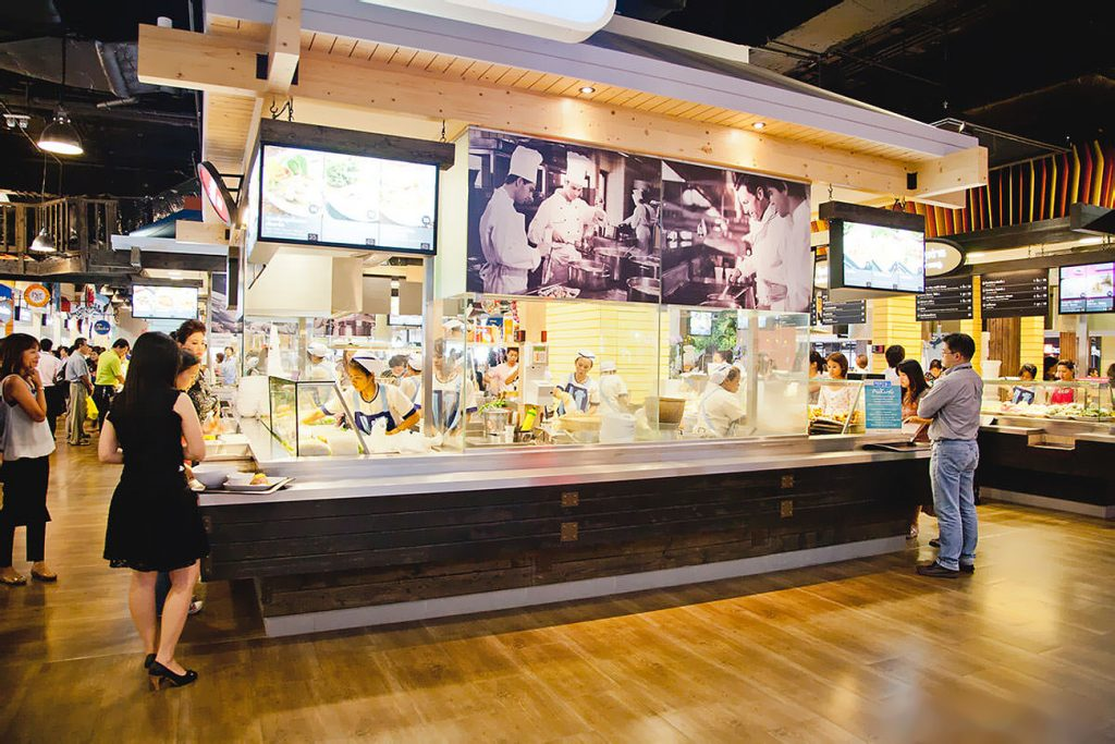 В торговом центе работает большое количество кафе, где можно покушать и европейскую и восточную еду