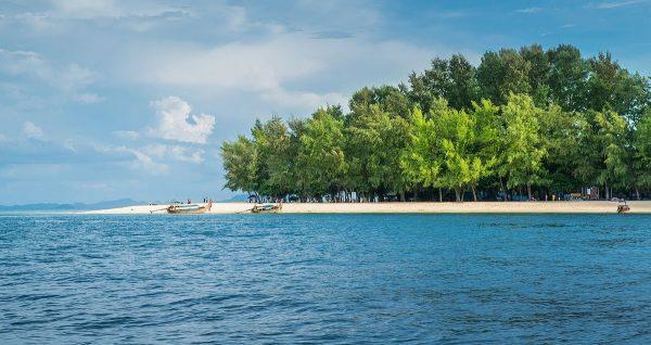 Чистые песчаные берега острова архипелага Пхи Пхи