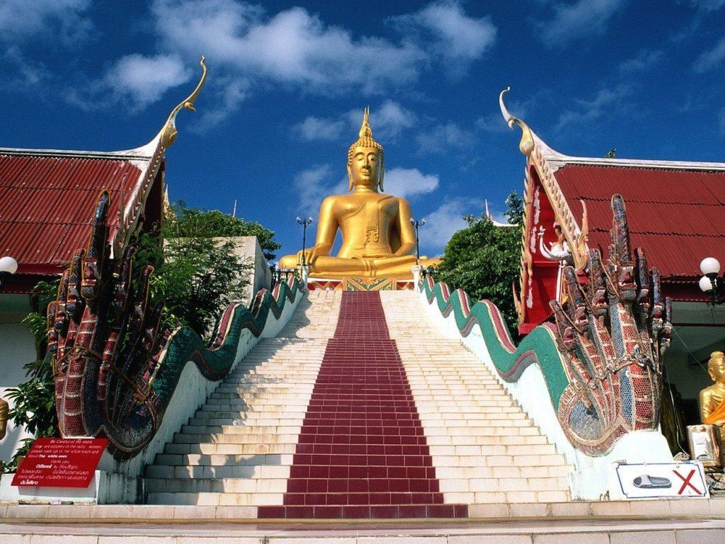 Храм Большого Золотого Будды начинается со 120 ступенек
