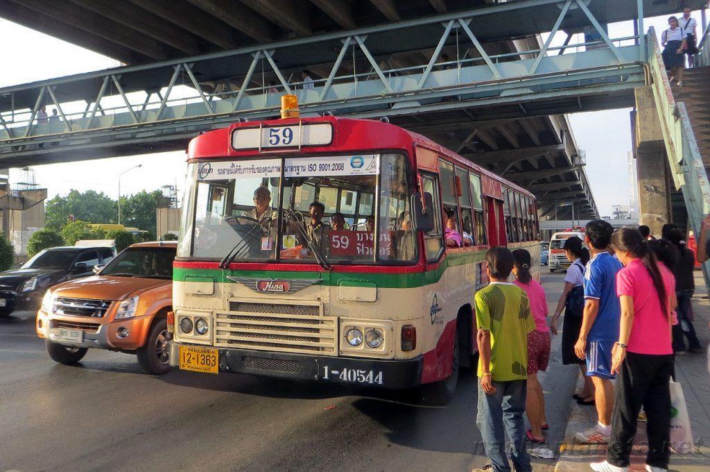 Городской транспорт отлично подходит для поездок как в аэропорт, так и из него