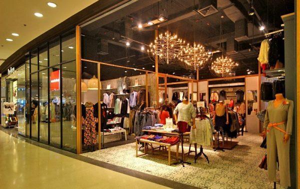 Распродажа одежды в магазине Централ Фестиваля