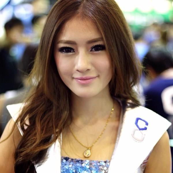 Девушка модель из Бангкока на автошоу